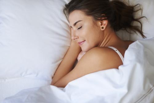 Foto de una mujer durmiendo bien en la cama