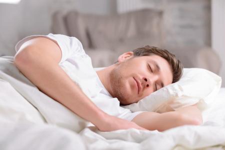 Foto de un hombre joven durmiendo para estar descansado
