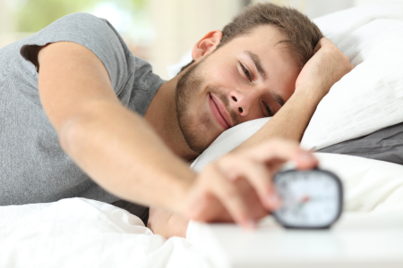 Foto de un hombre mirando la hora para levantarse